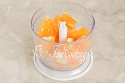 С апельсина и лимона срезаем белую прослойку, которая была под цедрой, а мякоть нарезаем произвольно