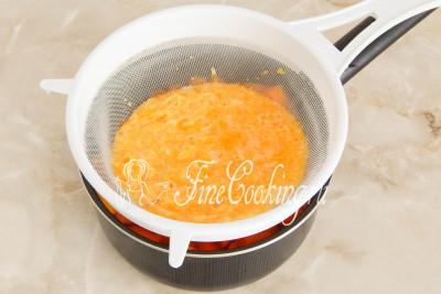 С помощью сита процеживаем цитрусовое пюре к остальным ингредиентам в посуду, тщательно протирая массу ложкой или лопаткой до относительно сухого состояния