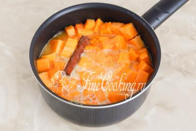 Ставим посуду с тыквенными ломтиками в цитрусово-сахарном сиропе на плиту