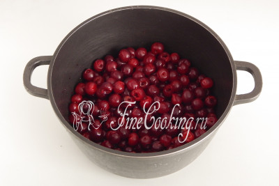Складываем чистые ягоды в подходящую по объему посуду
