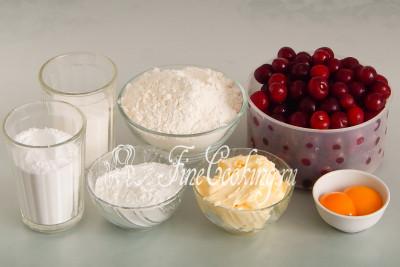 Для приготовления вишневого пирога нам понадобятся следующие ингредиенты: вишня, сахарный песок и сахарная пудра, пшеничная мука, сливочное масло, кукурузный крахмал и яичные желтки
