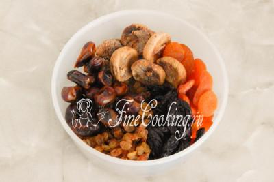 Предварительно нужно запарить сухофрукты (инжир, финики, изюм, курагу и чернослив) - складываем их в подходящую по объему посуду