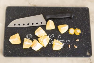 Один целый крупный лимон (можно взять пару мелких плодов) тщательно моем, ошпариваем крутым кипятком, вытираем насухо и разрезаем на кусочки, чтобы удалить семечки