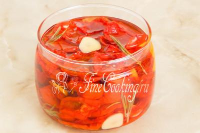Остается залить вяленые помидоры в домашних условиях ароматным растительным маслом - ну очень рекомендую именно оливковое нерафинированное