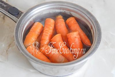 Итак, моем морковь и варим ее до мягкости, не снимая кожицу