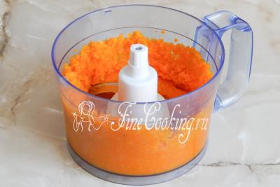 Теперь нам нужно измельчить отварную морковку в пюре
