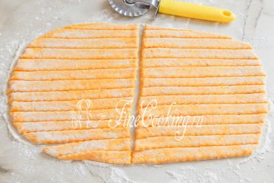 Присыпаем тесто мукой и раскатываем скалкой в пласт, толщиной не более 5-7 миллиметров