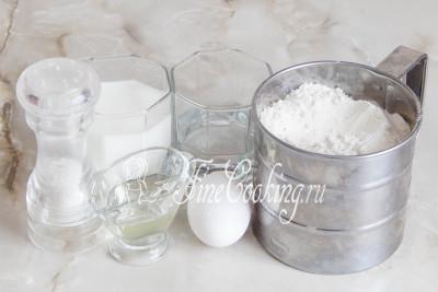 Чтобы приготовить вкусное тесто для пельменей, используем такие продукты: муку пшеничную, воду, молоко, соль, масло подсолнечное без запаха, куриное яйцо