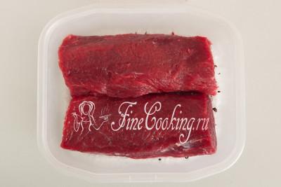 Укладываем подготовленную говядину