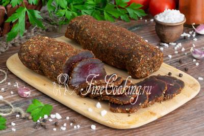 Тонко нарезанные ломтики говяжьей вырезки в аппетитной пряной корочке станут подходящим угощением даже за праздничным столом