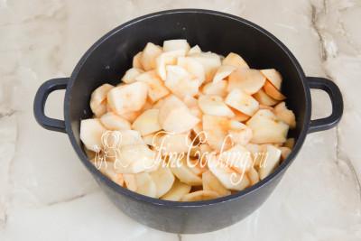 Берем посуду большого объема с толстыми стенками (лучше всего казан)