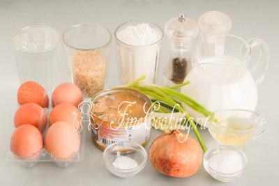 Для приготовления заливного рыбного пирога нам понадобятся следующие ингредиенты: мука пшеничная (я использую высшего сорта), кефир любой жирности (в этот раз был 3%), рыбные консервы, куриные яйца среднего размера, пропаренный рис и вода для его варки, репчатый и зеленый лук, сахарный песок, соль, пищевая сода и молотый черный перец
