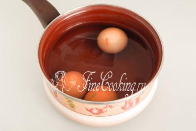 Попутно ставим вариться куриные яйца (3 штуки) - 9-10 минут после закипания на среднем огне