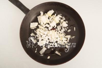 Наливаем в сковороду пару столовых ложек рафинированного растительного (я использую подсолнечное) масла, разогреваем его и перекладываем измельченный лук