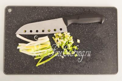 Несколько веточек зеленого лука мелко рубим ножом