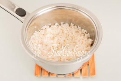 Уже успел свариться рис - тоже снимаем кастрюльку с плиты