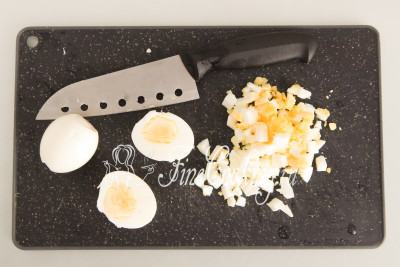 Вареные куриные яйца немного остужаем, чтобы не обжечь руки