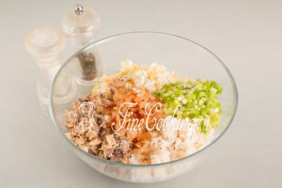 В отдельной посуде соединяем вареный рис и яйца, рыбные консервы и два вида лука