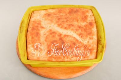 Ставим заливной рыбный пирог в горячую духовку на средний уровень и готовим при 180 градусах около часа