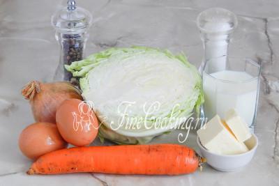 В рецепт капустной запеканки в духовке входят следующие ингредиенты: молодая белокочанная капуста, морковь, лук репчатый, молоко, куриные яйца, сливочное масло, соль и молотый черный перец