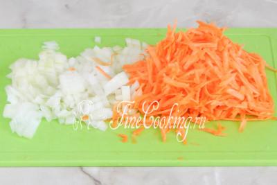 Вначале чистим морковь и лук, моем овощи и измельчаем