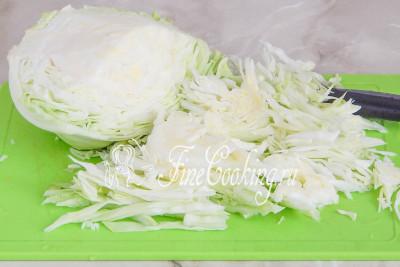 Тем временем шинкуем соломкой молодую белокочанную капусту