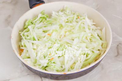 Добавляем к ним нашинкованную капусту, солим, перчим по вкусу и тушим под крышкой буквально минут 10