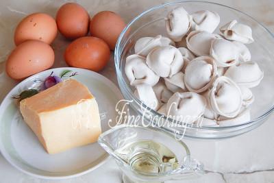 Итак, продуктовый набор для приготовления запеканки Ленивая жена выглядит следующим образом: пельмени замороженные (у меня магазинные), яйца куриные, сыр российский (подойдет любой, который хорошо плавится) и немного растительного масла без запаха