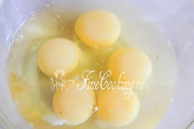 Когда каждая пельменинка нашла свое место в форме, пришла очередь яиц