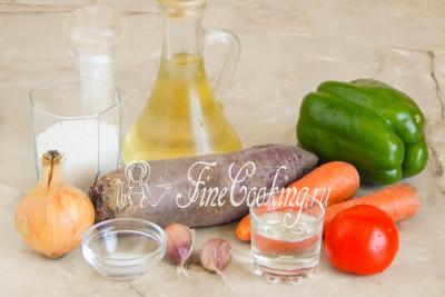Перед вами набор продуктов для приготовления заправки для борща на зиму: свекла, морковь, репчатый лук, перец сладкий, помидоры, чеснок, масло растительное, сахар-песок, поваренная соль, столовый 9% уксус и лимонная кислота