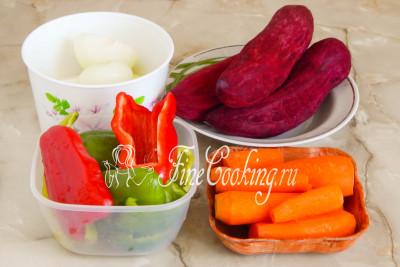 На самом деле в приготовлении заправки нет ничего сложного: самое трудоемкое - это очистить и нарезать овощи