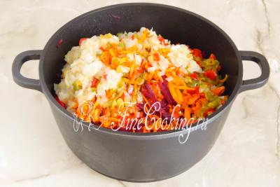 Наконец пора добавлять остальные обжаренные овощи - лук, морковь и перец