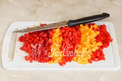 Пока обжаривается морковь, нарезаем мелким кубиком сладкий перец