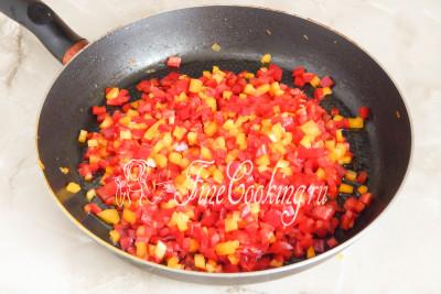 Масла в сковороде не осталось (морковь очень хорошо впитывает любой жир), поэтому наливаем в нее оставшиеся 50 миллилитров
