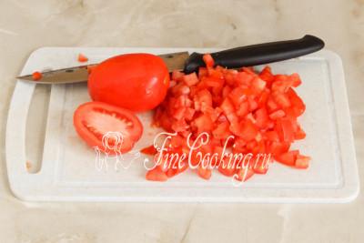 А в этом время быстро измельчаем томаты, вырезая места крепления плодоножки
