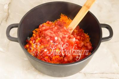 Перекладываем в кастрюлю к луку и моркови перец и томаты