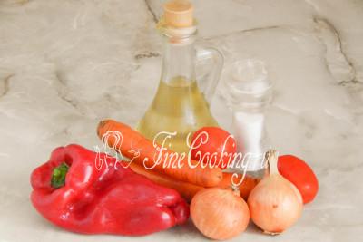 Готовить ароматную и очень вкусную овощную заправку для супа мы будем из репчатого лука, моркови, сладкого перца, томатов, рафинированного растительного (я использую подсолнечное) масла и пищевой соли