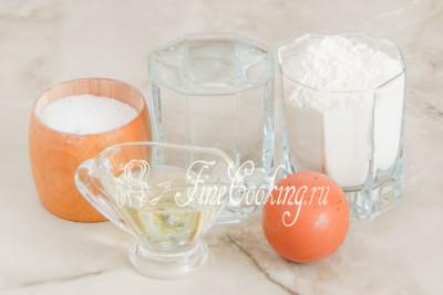 В рецепт приготовления заварного [теста для пельменей](/recipe/vkusnoe-testo-dlja-pelmenej), вареников, пельменей и чебуреков входят следующие ингредиенты: пшеничная мука (у меня высшего сорта), крутой кипяток, соль, рафинированное растительное (я использую подсолнечное) масло и куриное яйцо