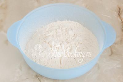 В подходящую по размеру миску просеиваем пшеничную муку (около 300 граммов)