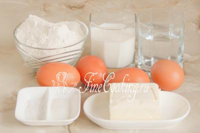 В рецепт заварного теста входит пшеничная мука высшего сорта, молоко (любой жирности), питьевая вода, куриные яйца (у меня 4 очень крупные), сливочное масло, а также совсем немного соли и сахара для вкуса