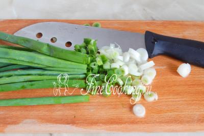 Зеленый лук также мелко нарезаем