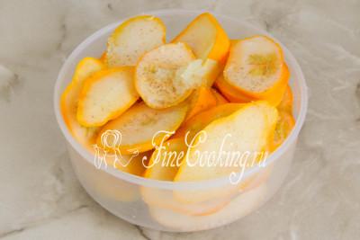 Складываем овощные кусочки в подходящую миску, солим и перчим по вкусу