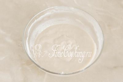Тщательно все перемешиваем ложкой или вилкой, чтобы мука равномерно разошлась по сладкому молоку с дрожжами