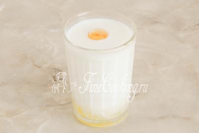 В остальное теплое молоко (130 миллилитров) разбиваем пару куриных яиц таким образом, чтобы остался один желток