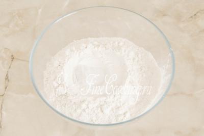 В миску для замеса теста просеиваем 400 граммов (100 граммов ушло на опару, если помните) пшеничной муки