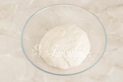 Вымешиваем все продукты до тех пор, пока не получится гладкое, упругое, не тугое и полностью однородное тесто