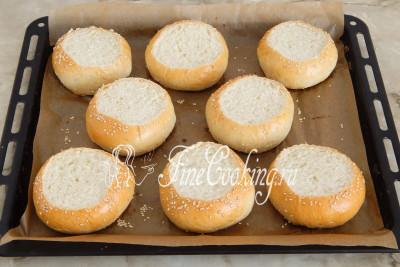 Даем готовым булочкам слегка остыть, чтобы не обжечь руки (духовку я не выключаю), после чего аккуратно срезаем у них верхушки