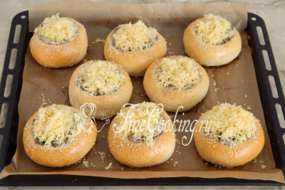 Остается натереть на мелкой терке 100 граммов сыра, присыпать каждую булочку и снова отправить противень в горячую духовку минут на 10