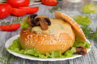 Подаем жюльен в булочке в качестве порционной горячей закуски со свежими овощами и зеленью