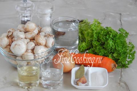 В рецепт маринованных [шампиньонов](/recipe/ikra-iz-shampinonov) входят сами свежие грибы шампиньоны, вода, рафинированное растительное масло, столовый 9% уксус, соль, сахар, свежая морковь, репчатый лук, крупный зубок чеснока, лавровый лист, черный перец горошек (можно положить пару горошин душистого перца) и полпучка свежей зелени (у меня была только петрушка, но также ароматно будет и со свежим укропчиком)